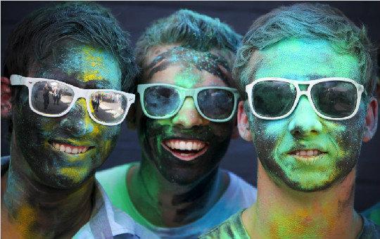 德国海德尔堡胡里节狂欢活动 互扔颜料全城成大染缸