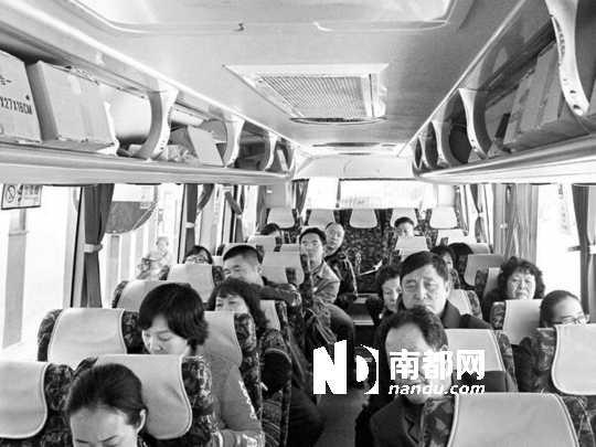 新年赴港游,数十名内地游客被迫在巴士上过夜。