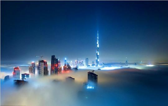 """德国摄影师拍摄晨雾中的迪拜 """"黄金之城""""宛若仙境"""