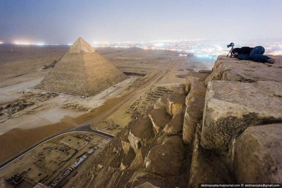 游客偷偷攀爬埃及金字塔