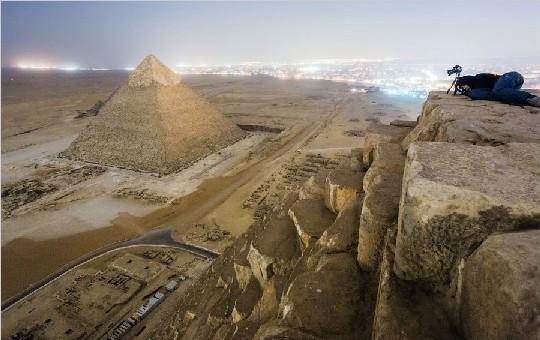 游客偷偷攀爬埃及金字塔 抓拍周围独特风光