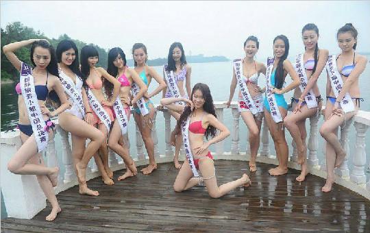 2013国际旅游小姐齐聚武汉木兰湖 雨中演绎风情比基尼