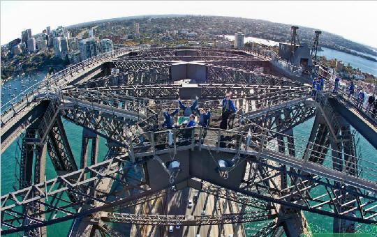 四名华人在134米高悉尼大桥顶上打麻将