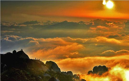 张家界天柱山现百年难遇的金色云海奇观