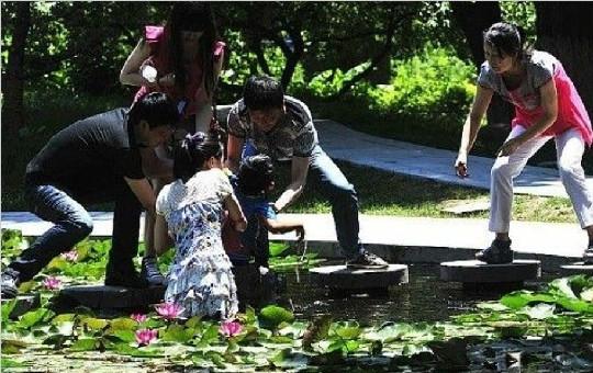 西安一女大学生跳入莲花池勇救男童 衣裙尽湿
