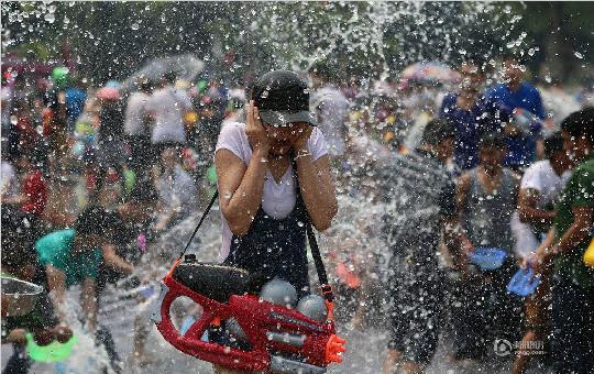 云南西双版纳万人欢度泼水节 场面蔚为壮观