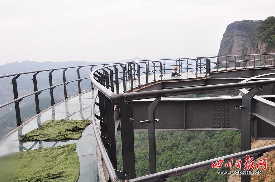"""玻璃人行景观栈桥""""两大景点内容组成"""