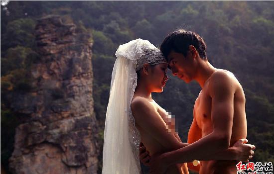"""情侣在张家界景区拍""""裸体婚纱照""""引争议"""