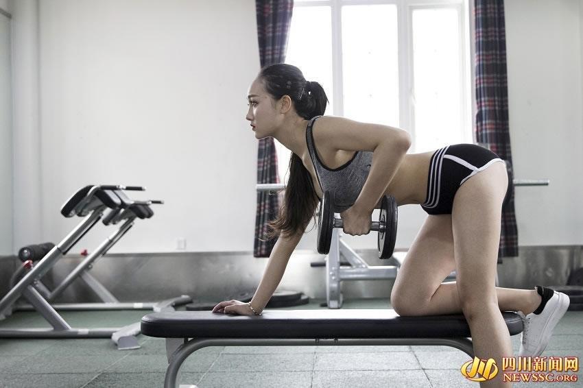 四川准空姐性感健身照走红 长腿翘臀身材完美