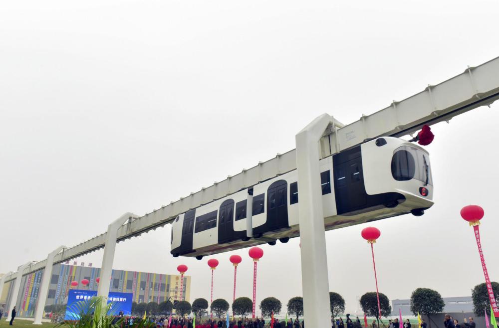 倒挂空中飞 世界首条新能源空铁成都试跑
