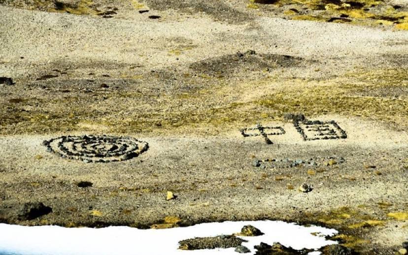 """疑中国游客在冰岛景区用石头摆""""中国"""" 当地人不满"""