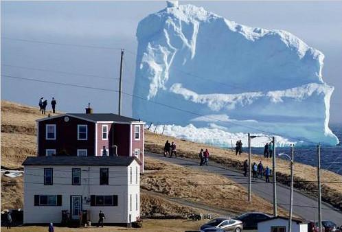 巨大冰山漂至加拿大沿海小镇 民众争相看山