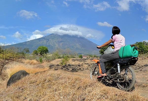 印尼巴厘岛阿贡火山一天引发500多次震动 随时可能喷发