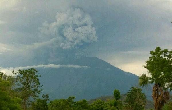 印尼将巴厘岛火山喷发预警提升至最高级别 机场临时关闭