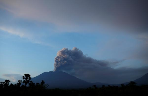 巴厘岛火山持续喷发:约1.7万名中国游客滞留 已妥善安置