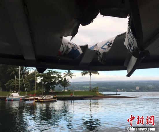 夏威夷火山熔岩飞溅将一艘观光船顶棚砸穿 致23人受伤