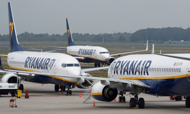 3名欧洲空姐集体睡地板 照片传网上后被公司开除