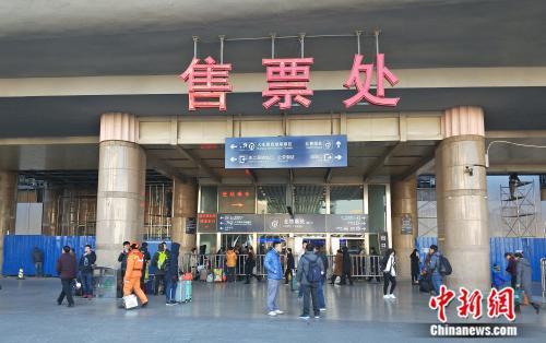 资料图:北京西站售票处。姚露 摄