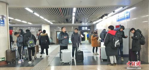 资料图:正在车站内候车的旅客。姚露 摄