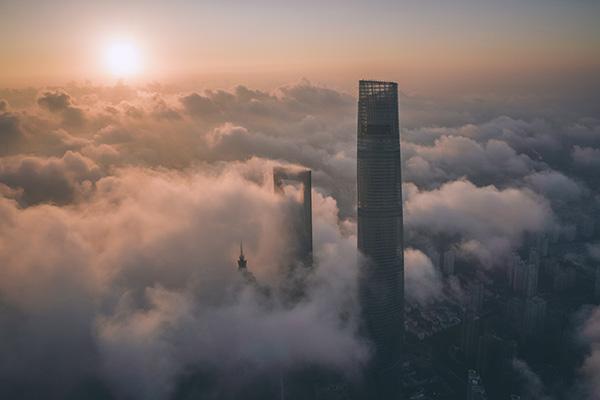 上海陆家嘴上海中心、环球金融中心两栋建筑高耸入云,金茂大厦也露出尖顶。IC 资料图